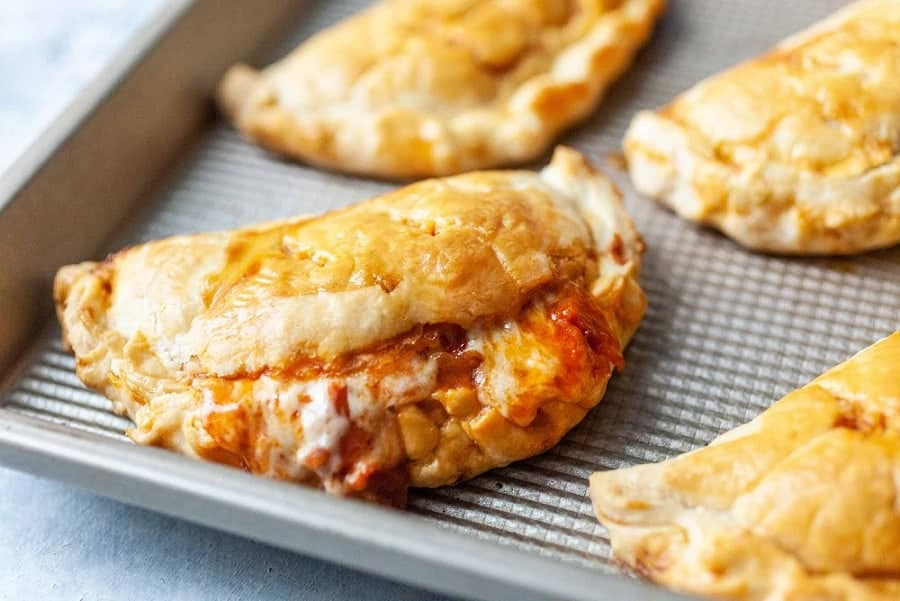 Peperoni Pizzataschen mit Mozzarella – lecker