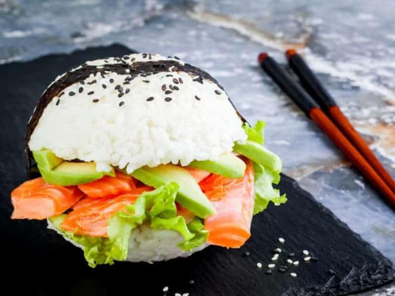 Burger aus Sushireis mit Lachs und Chili: originelle kulinarische Idee