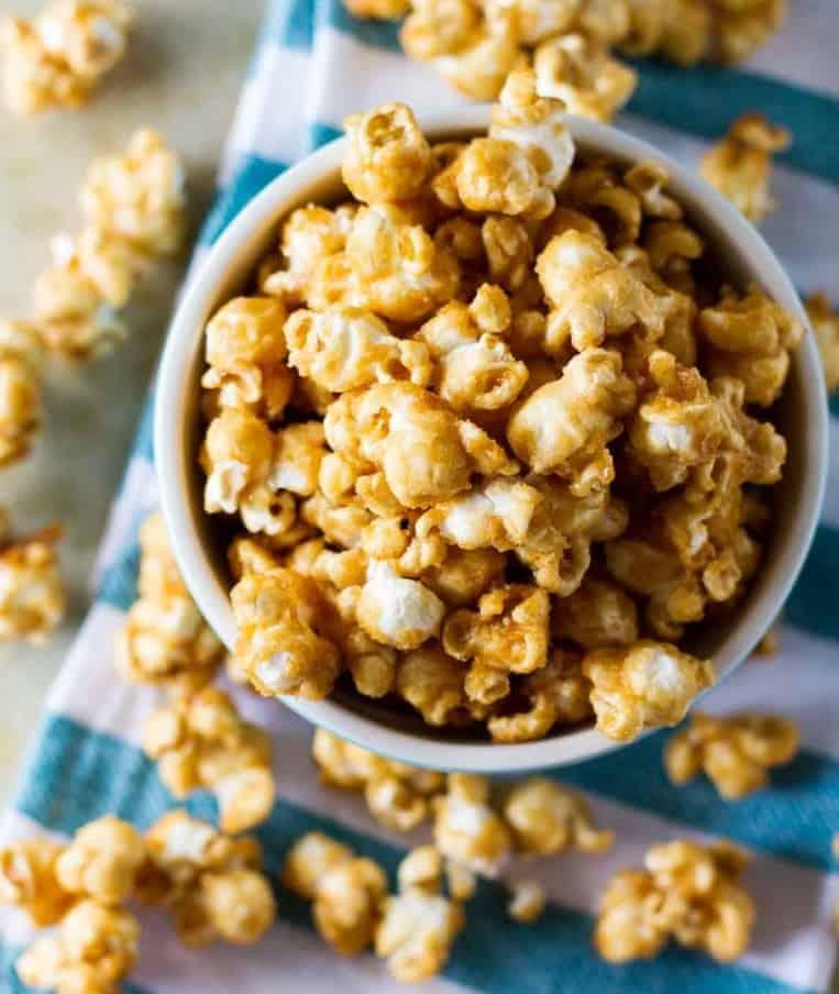 Popcorn mit Karamell, einfach ideal zum Kinoabend