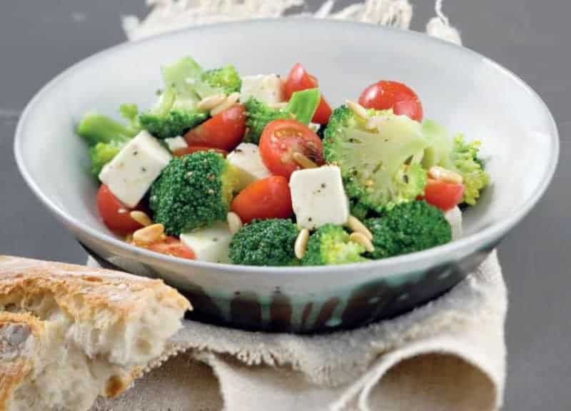 Gesunder Broccoli Salat nach mediterraner Art mit Feta