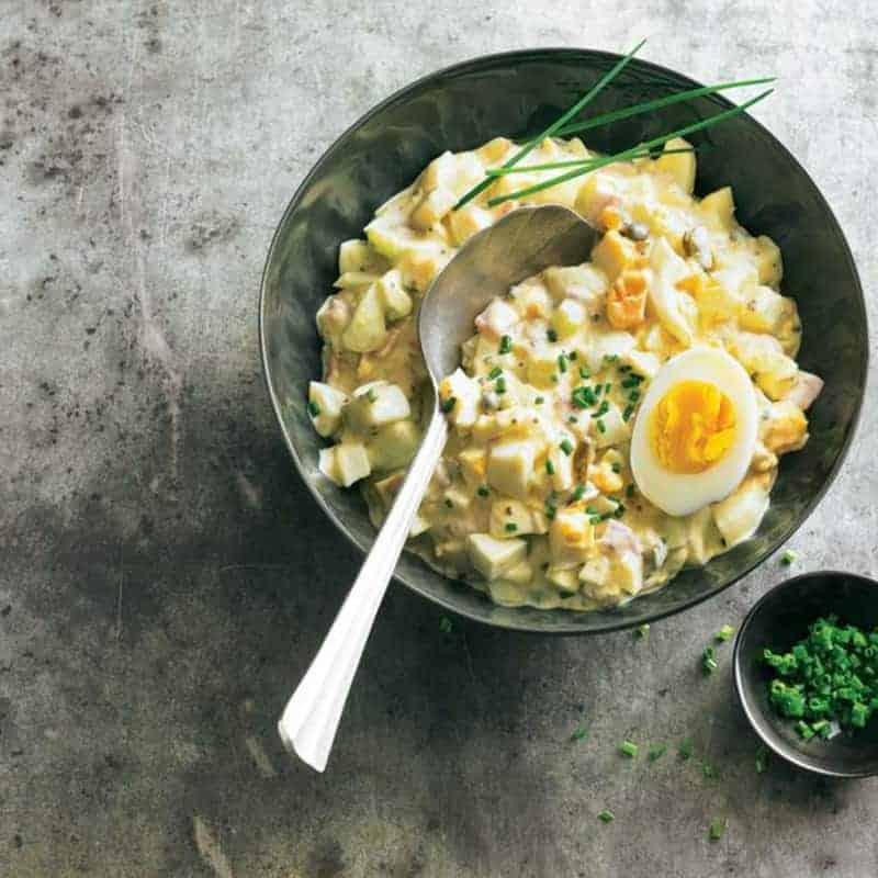 Eiersalat mit Staudensellerie, Tomaten, Gurke und saurer Sahne