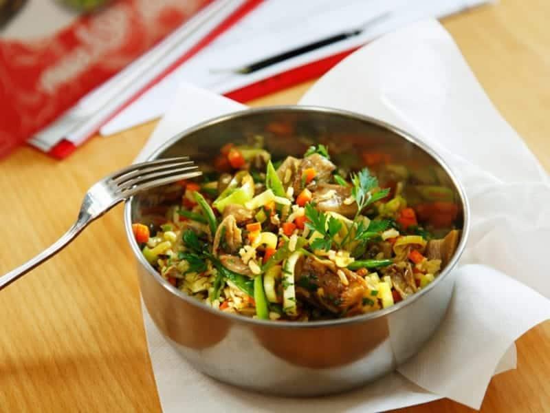 Reis mit Zuckerschoten, Möhren, Champignons & Frühlingszwiebeln