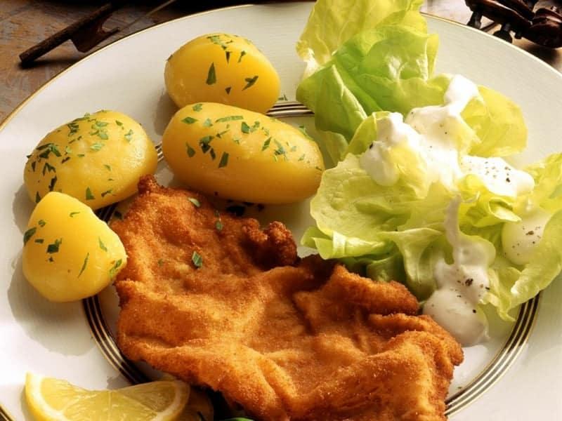 Knuspriges Wiener Schnitzel mit gebackenen Kartoffeln