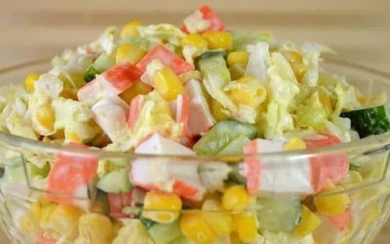 Surimi Salat mit Mais und Mayonnaise – super lecker und leicht