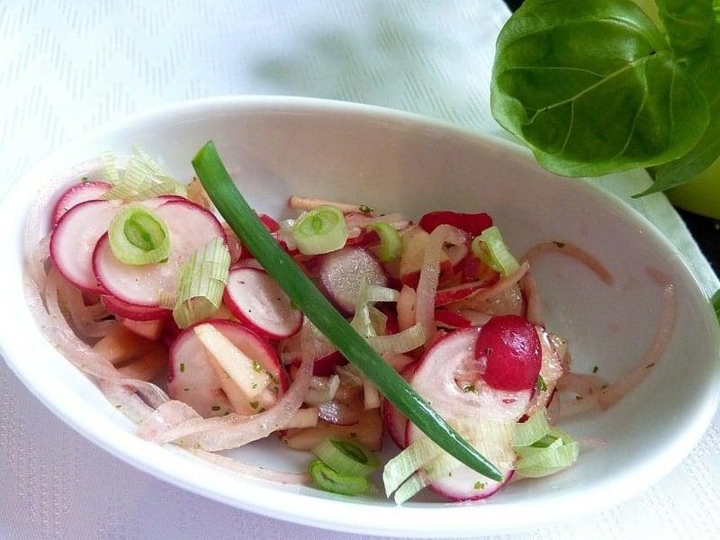 Radieschensalat mit Apfel und Frühlingszwiebeln – leichtes Rezept
