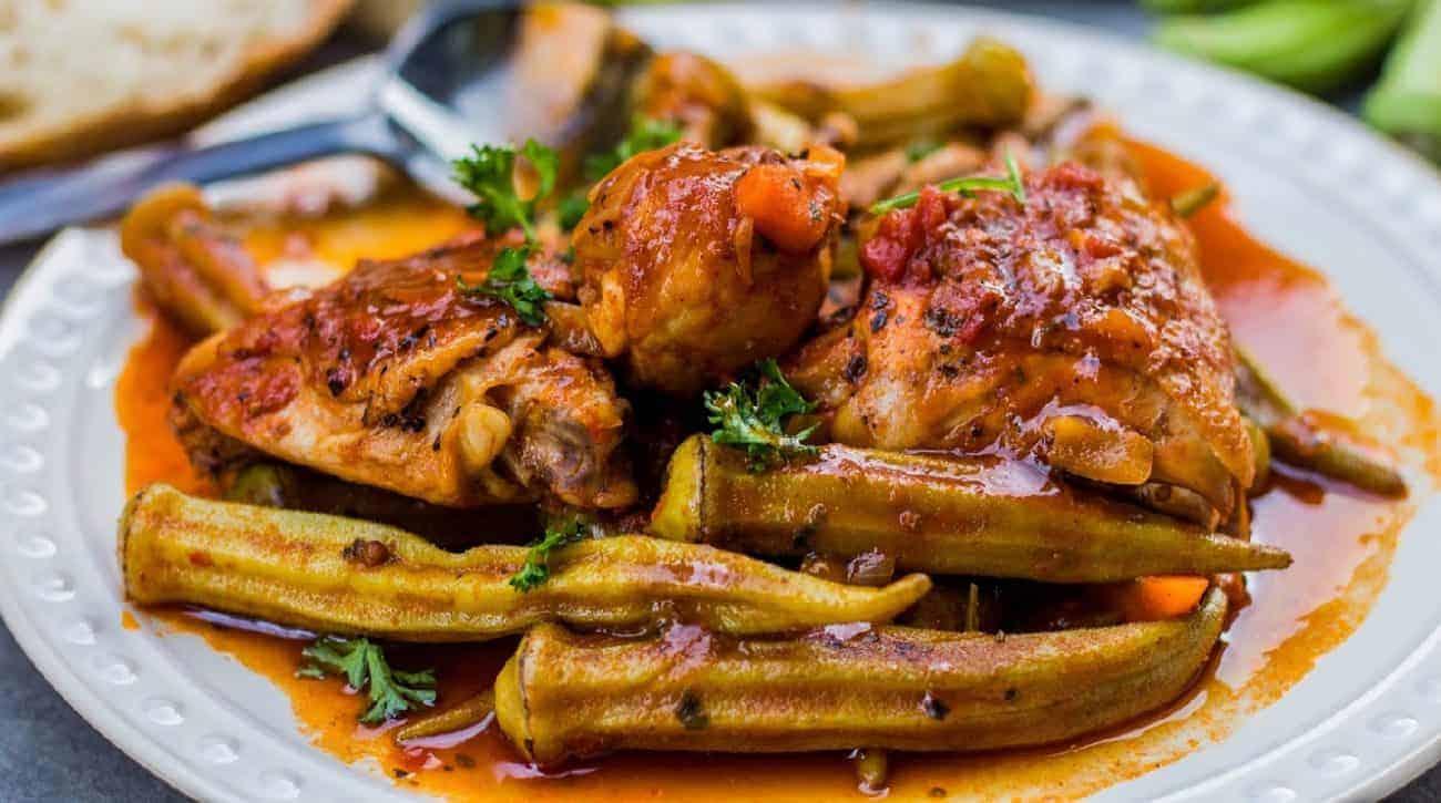 Okra mit Hähnchen griechischer Style