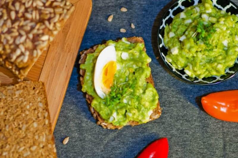 Cremiger Avocado Dip mit gekochten Eiern und Mayonnaise