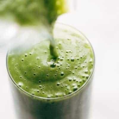 Smoothie machen mit Mandelmilch und Spinat