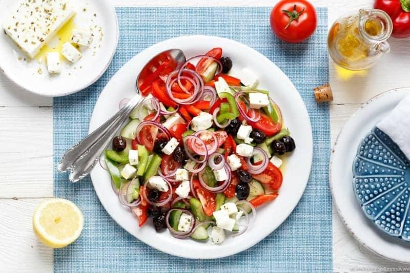 Griechischer Salat aus Tomaten, Gurken und Paprika mit Schafskäse