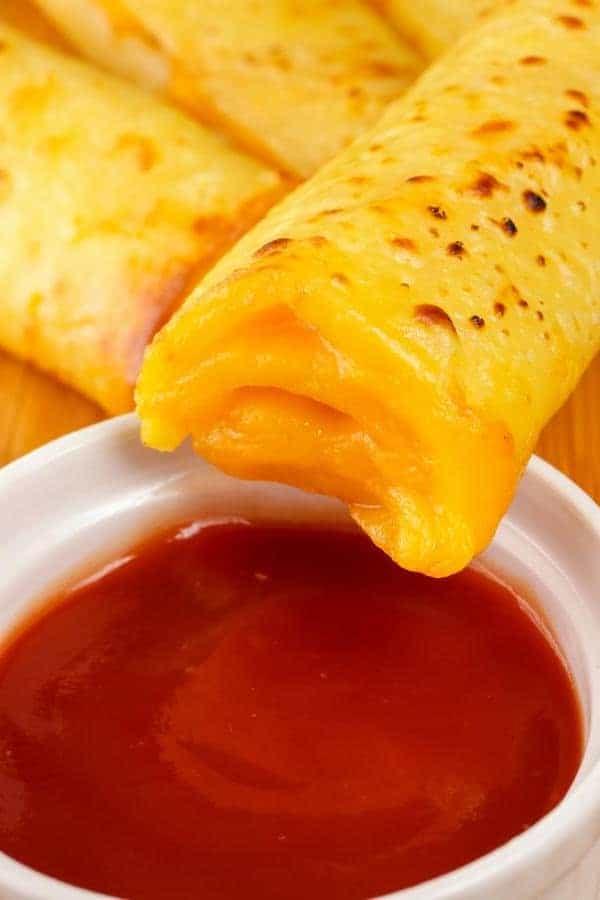 Käse-Röllchen, einfach und köstlich mit Dip servieren!