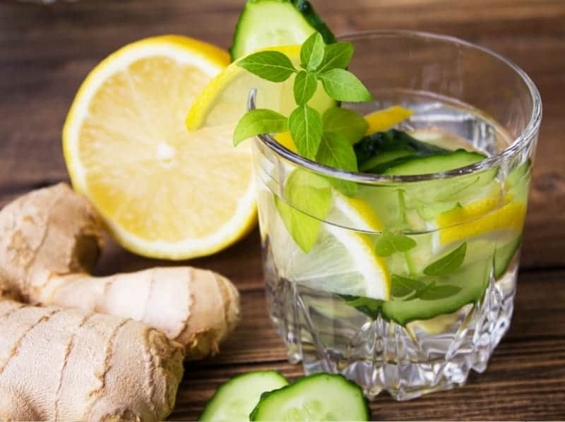 Zitronenwasser trinken