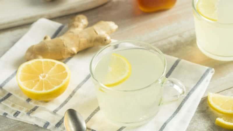 Zitronenwasser mit frischem Ingwer