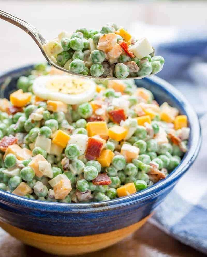 Köstlicher Salat mit Erbsen, Eiern und Speck