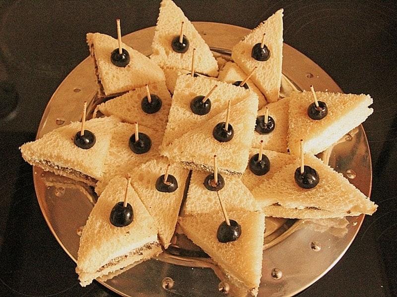 Vorspeisen: einfache Party-Happchen mit Oliven und Frischkäse