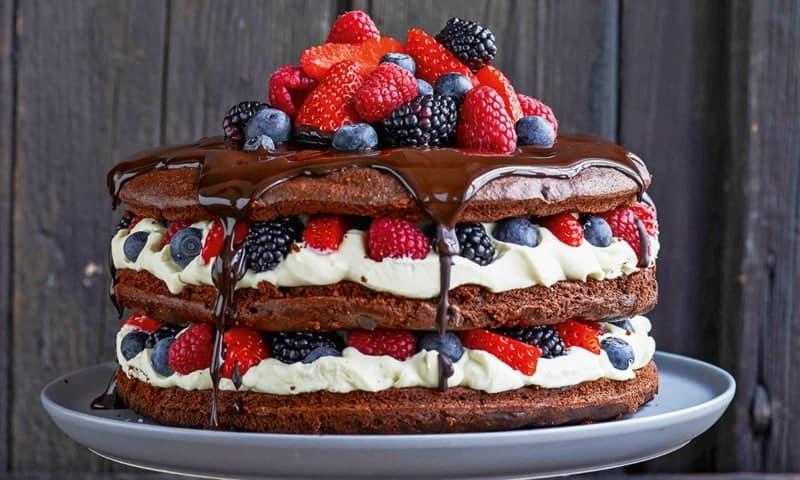 Naked Cake mit Mascarpone, Zartbitterschokolade und Beeren