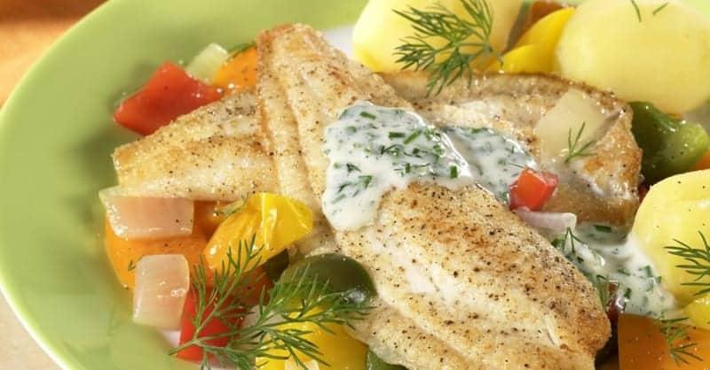 Gebratene Scholle mit Kartoffeln und Möhren: ein herrliches Mitagessen!