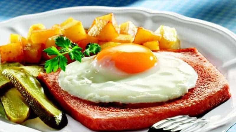 Spiegelei mit Leberkäse und Bratkartoffeln: ein sättigendes Frühstück