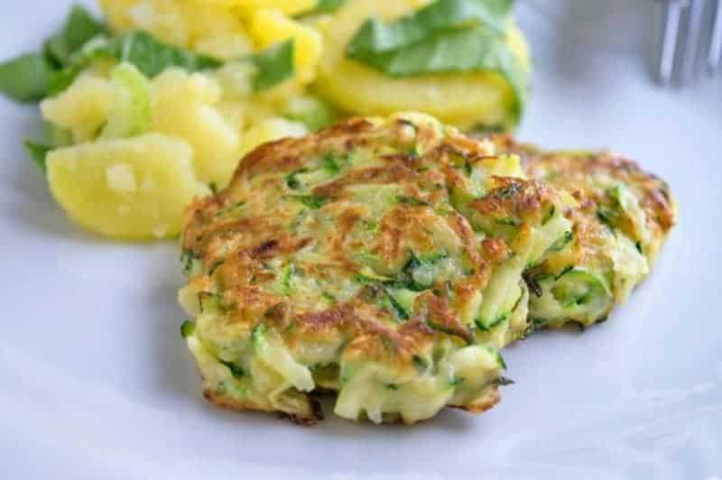 Schnelle & leichte Zucchinipuffer mit Eiern und Käse