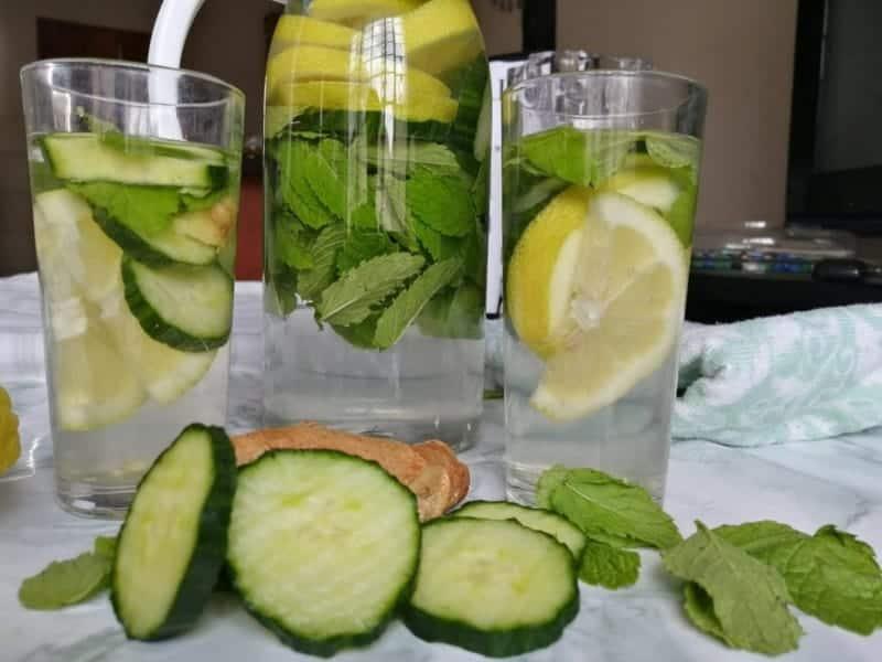 Wasser mit Ingwer trinken