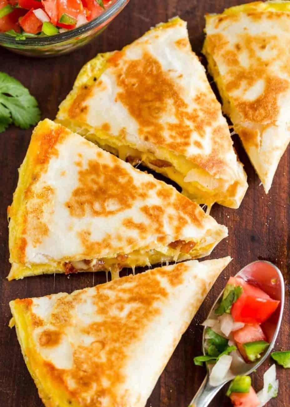 Quesadilla mit Eiern, Speck und viel geschmolzenem Käse