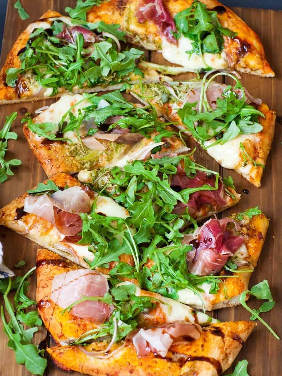Pizza mit Rauke und Glasur – großartig