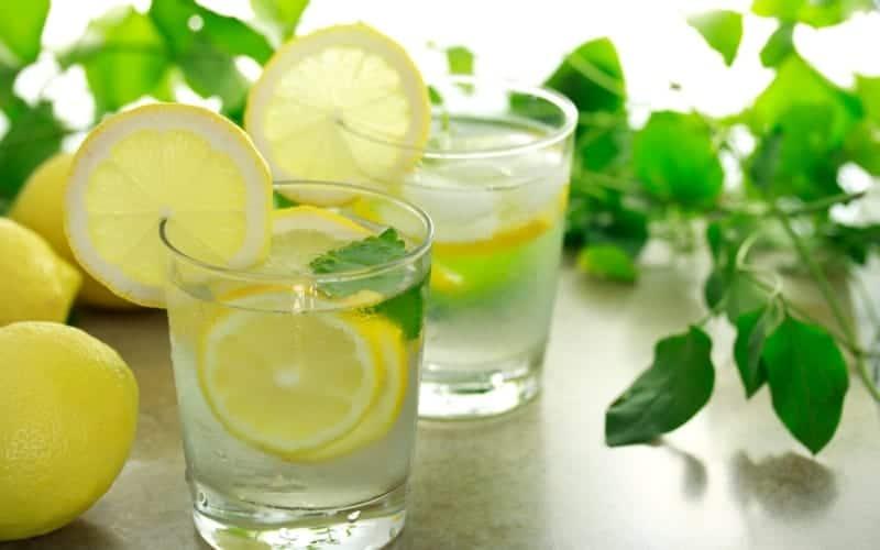 Zitronenwasser Vorteile für die Gesundheit