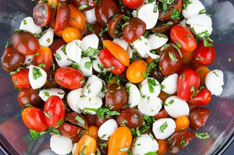 Schneller mediterraner Tomatensalat mit Mozzarella und Basilikum