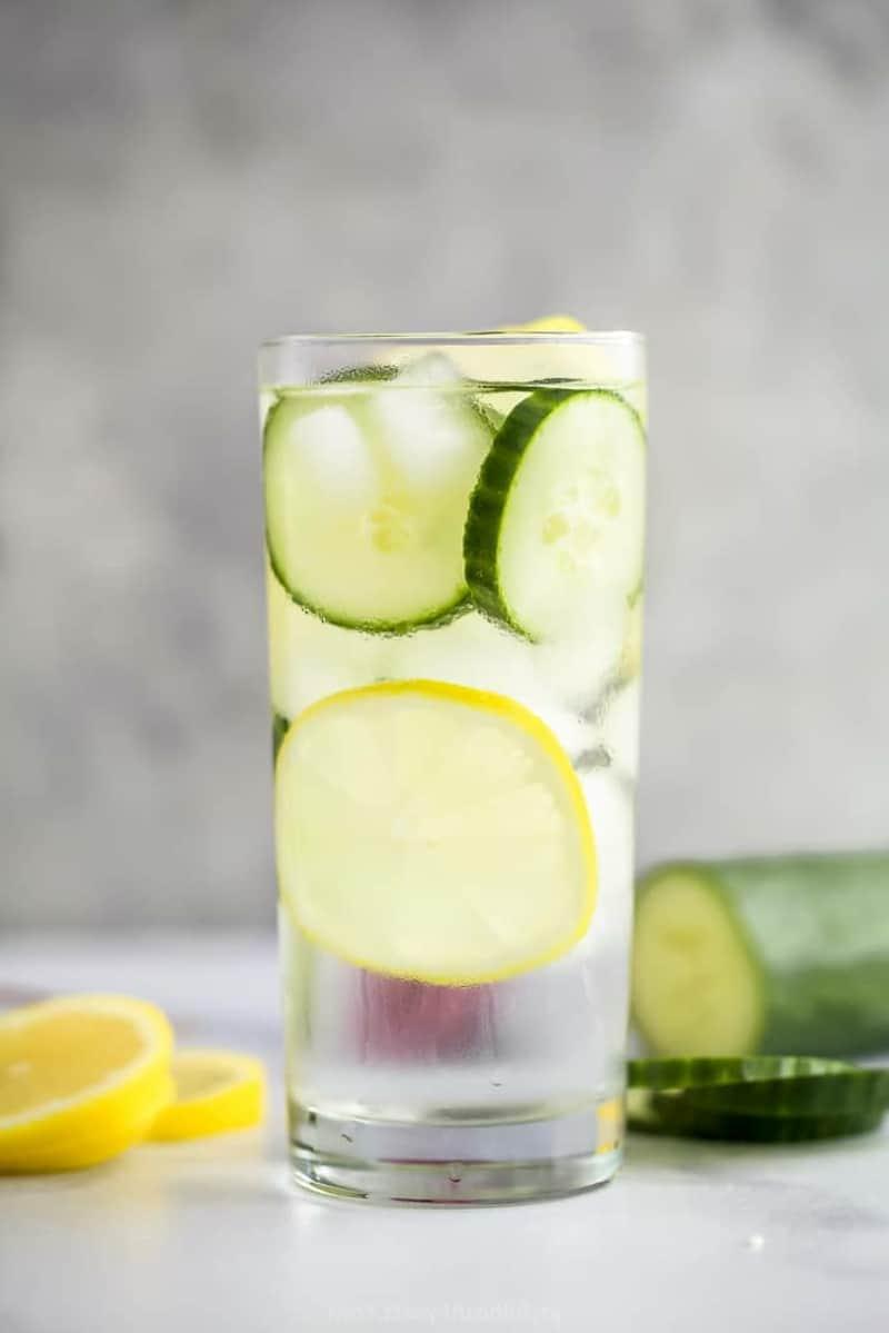 Wasser mit Zitrone und Gurkenscheiben