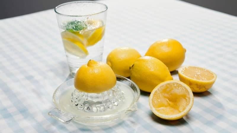 Wasser mit Zitronensaft gesund