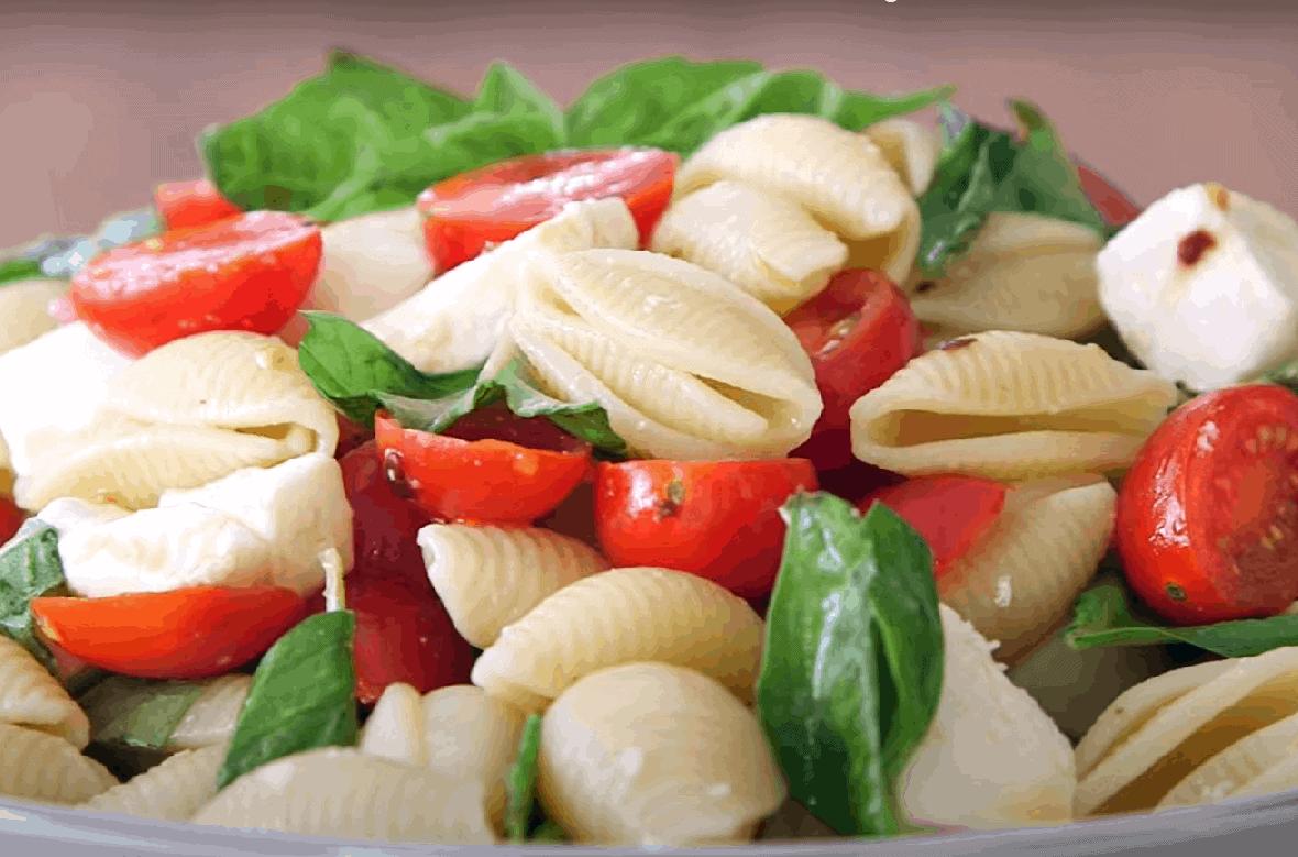 Tomate Mozzarella und Pasta oder einfach Caprese Salat