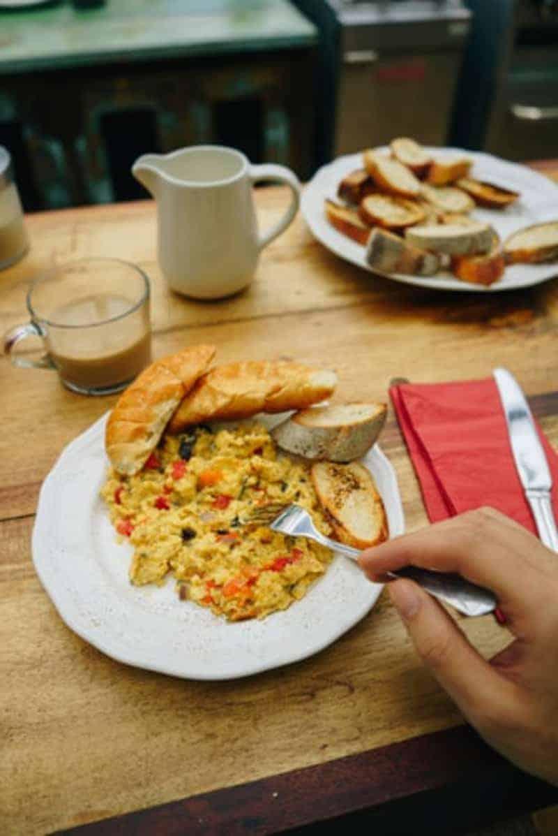Rühreier zum Frühstück essen