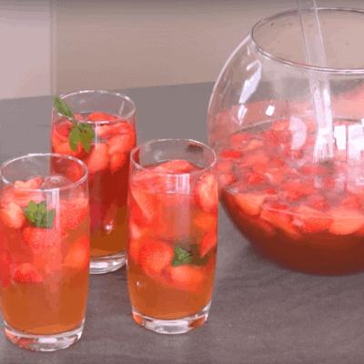 Bowle mit Erdbeeren